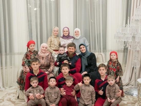 25 лет в браке и 12 детей: История Рамзана Кадырова и его супруги Медни
