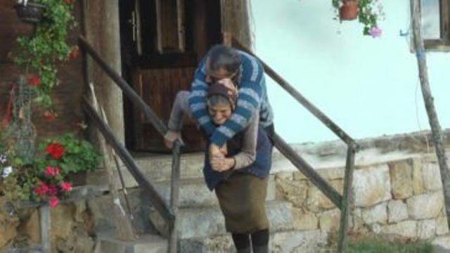 Мама, которой 77 лет носит на спине парализованного сына уже 59 лет