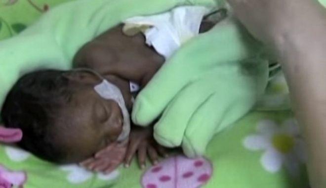 Мама прикрыла своего недоношенного сыночка на ночь перчаткой. Утром все медсестры удивились