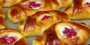 Рецепт нежных и вкусных булочек с творожно-клубничной начинкой 1